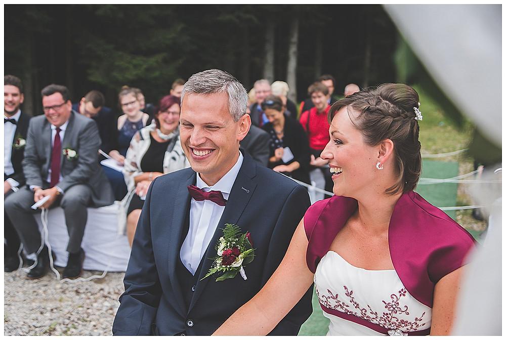 Brautpaar lacht bei Freier Trauung