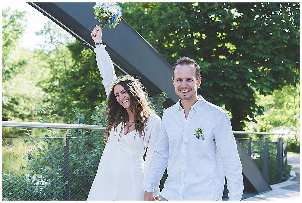 Brautpaar in Crailsheim Blumen in die höhe