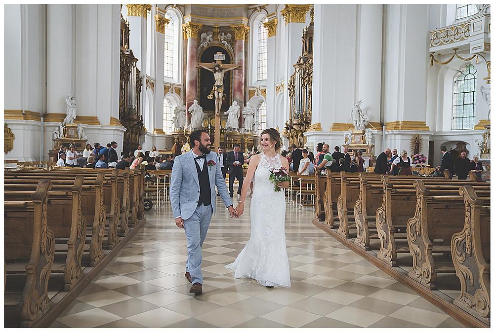 Brautpaar gehen aus Kirche