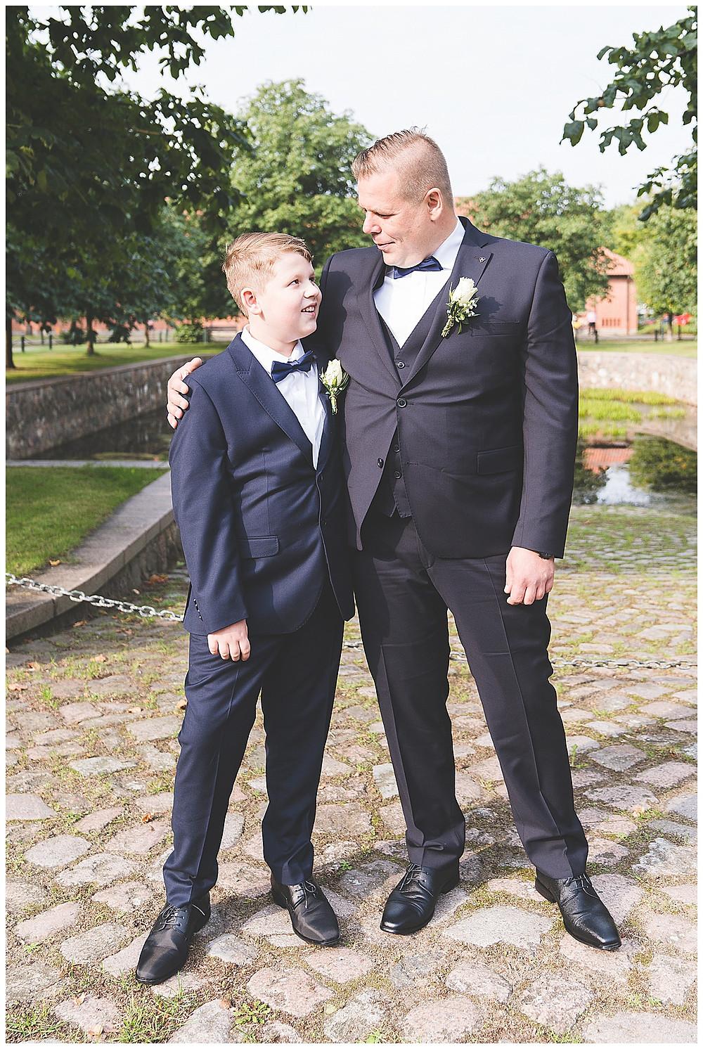 Bräutigam und Sohn schauen sich an