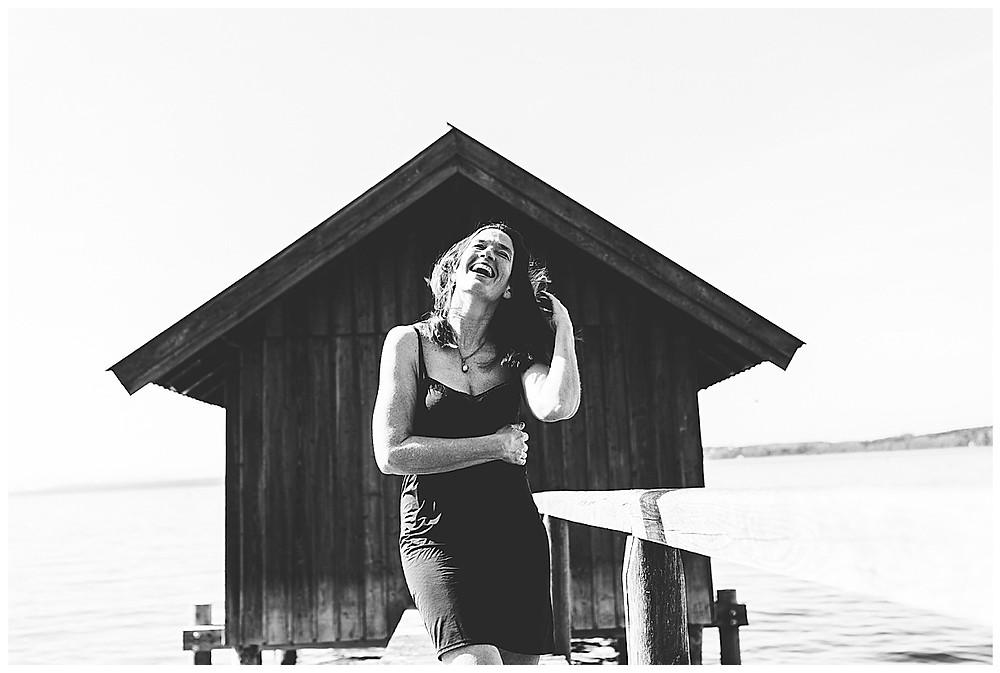 Frau in Dessous lacht auf Steg