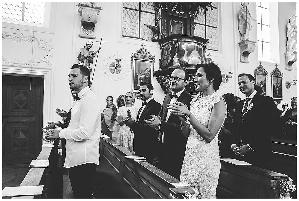 Gäste klatschen in Kirche