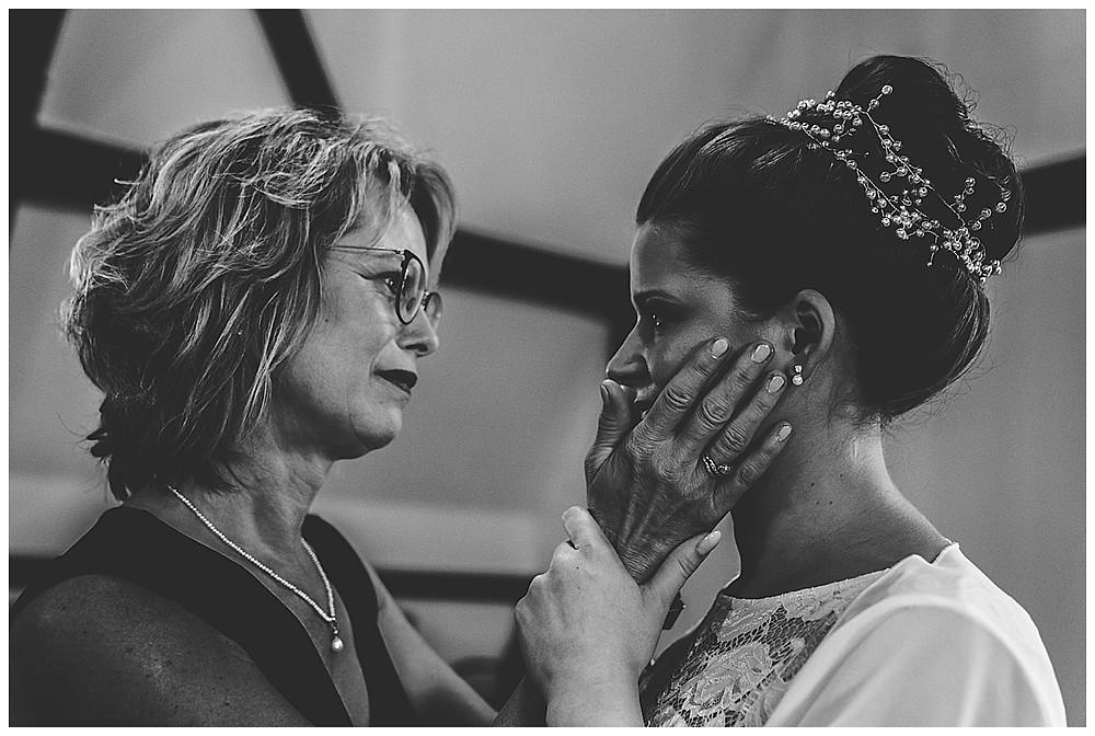 Hochzeitsfotograf Heidenheim Mama gratuliert Braut und weint