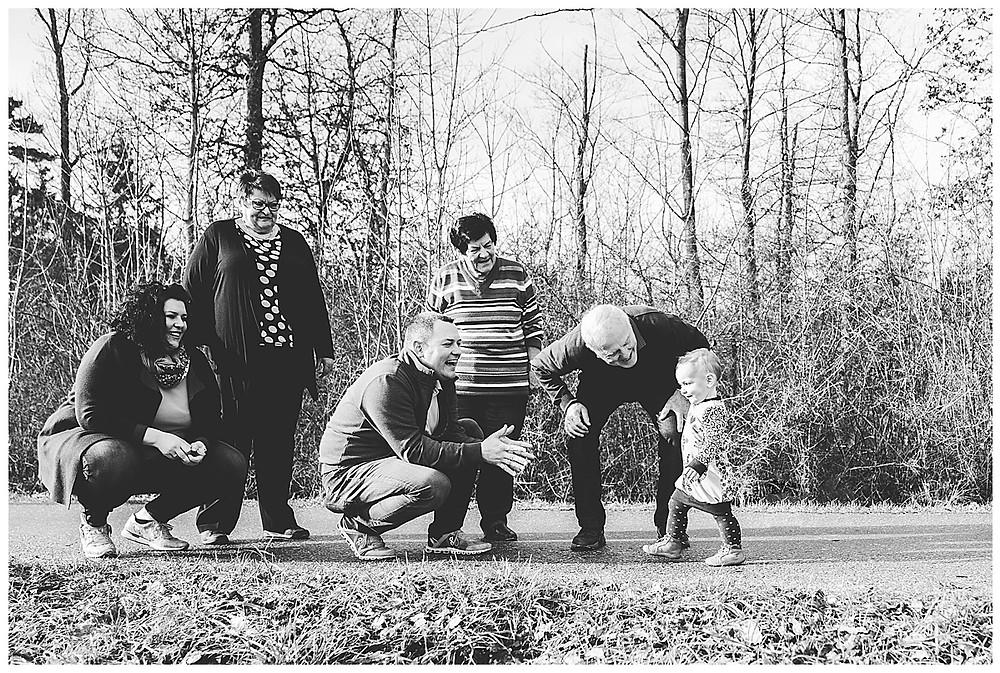 Familienspaziergang am waldesrand in herbrechtingen