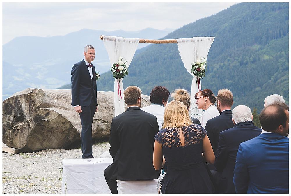 heiraten in den Bergen Bräutigam wartet