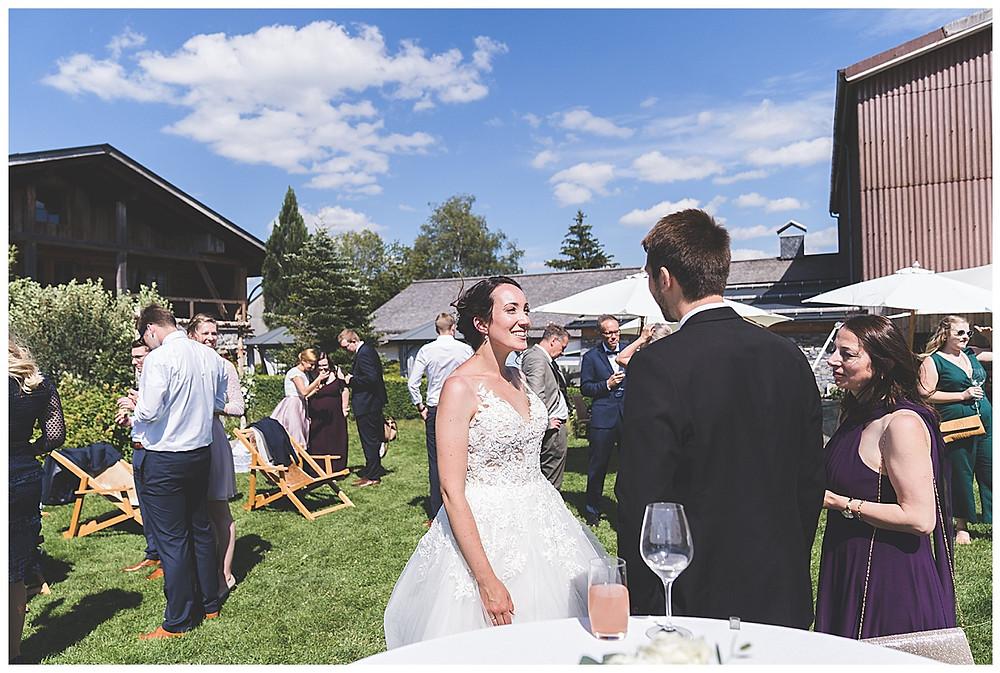 Brautpaar Unterhalten sich mit ihren Gästen