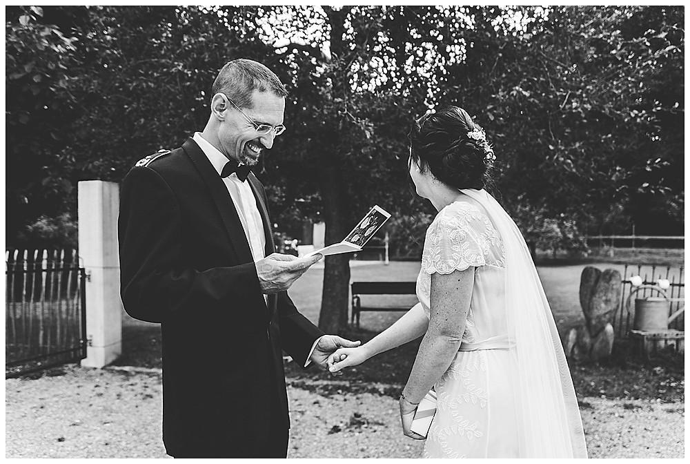 Bräutigam liest Brief von Braut