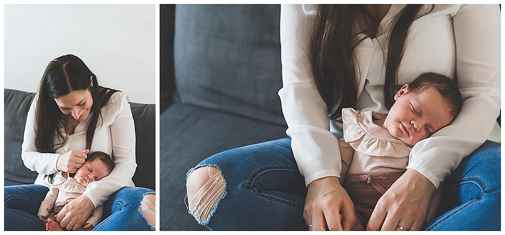 Mama und ihr Baby auf der Couch