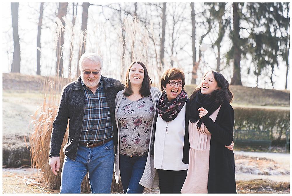 familie läuft arm in arm