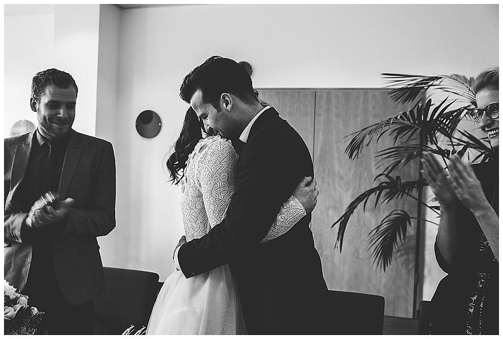 Brautpaar umarmt sich nach Ja Wort