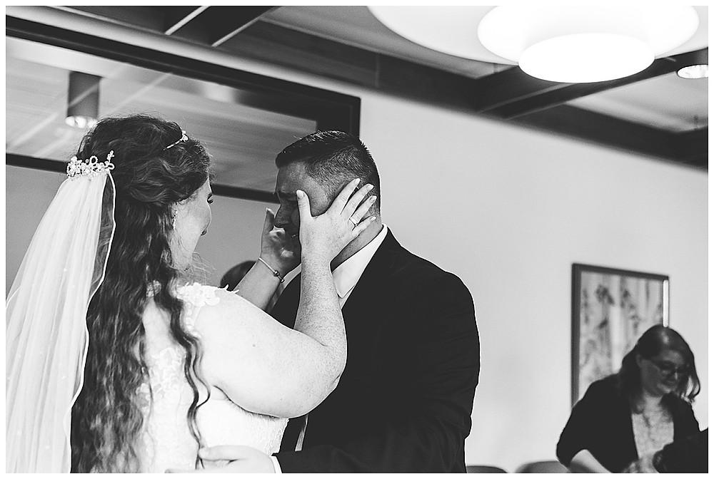 Braut tröstet Bruder weint