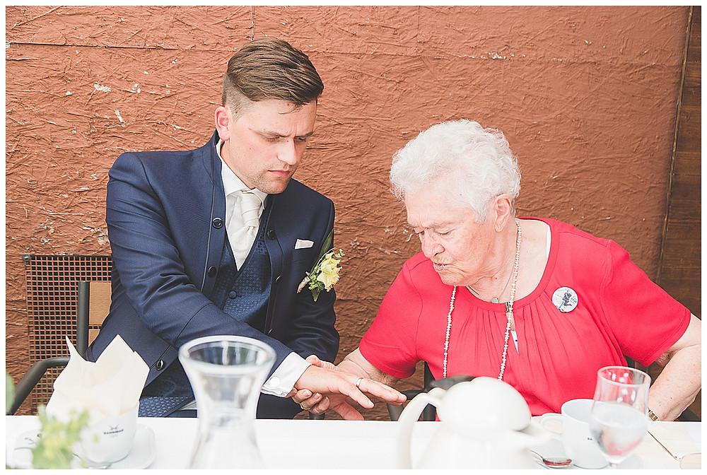 Oma schaut ring an