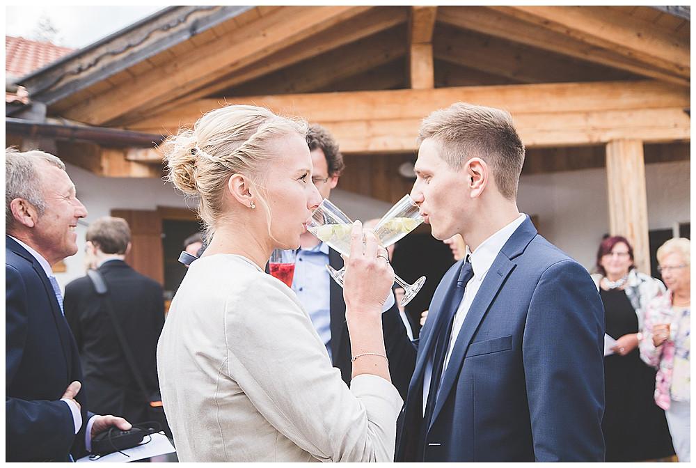 Gäste trinken Sekt auf Hochzeit