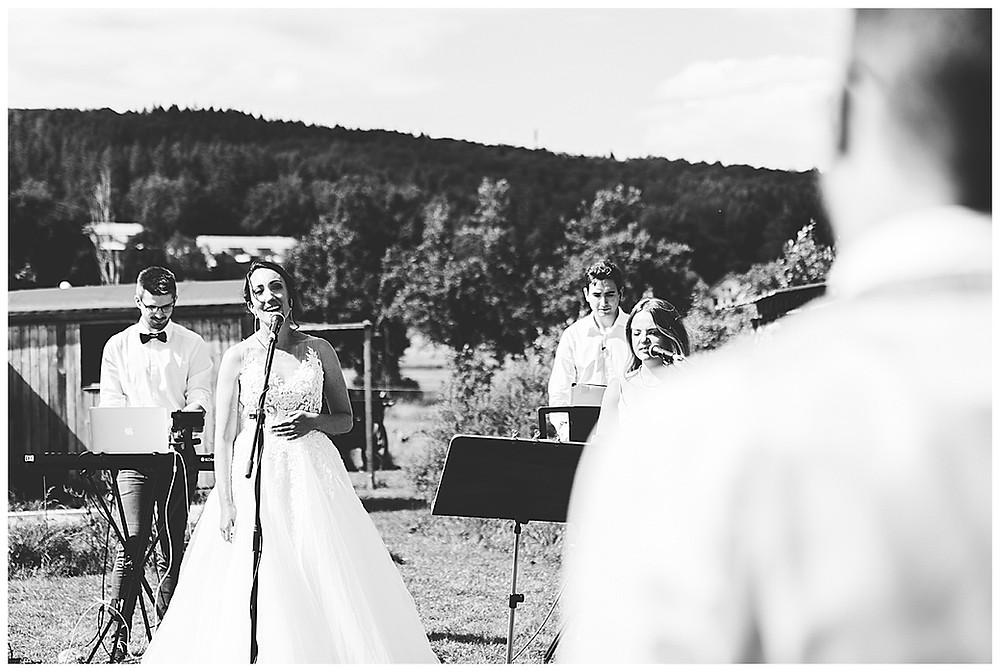 Braut singt an ihrer Hochzeit