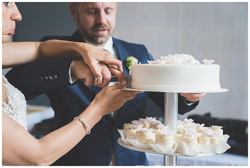 Hochzeitstorte anschneiden Brautpaar in Location