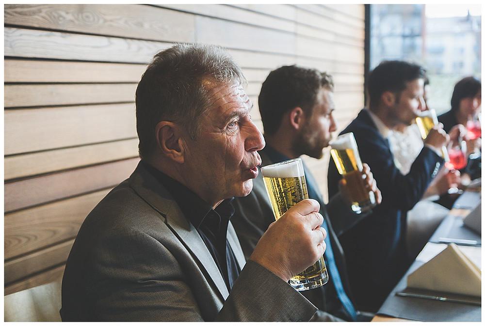 Biertrinken Hochzeitsgesellschaft in Ulm