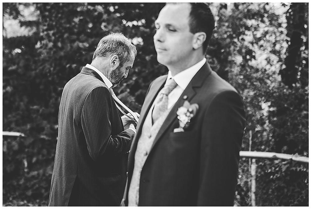 Bräutigam und Papa vor Kirche Hürben