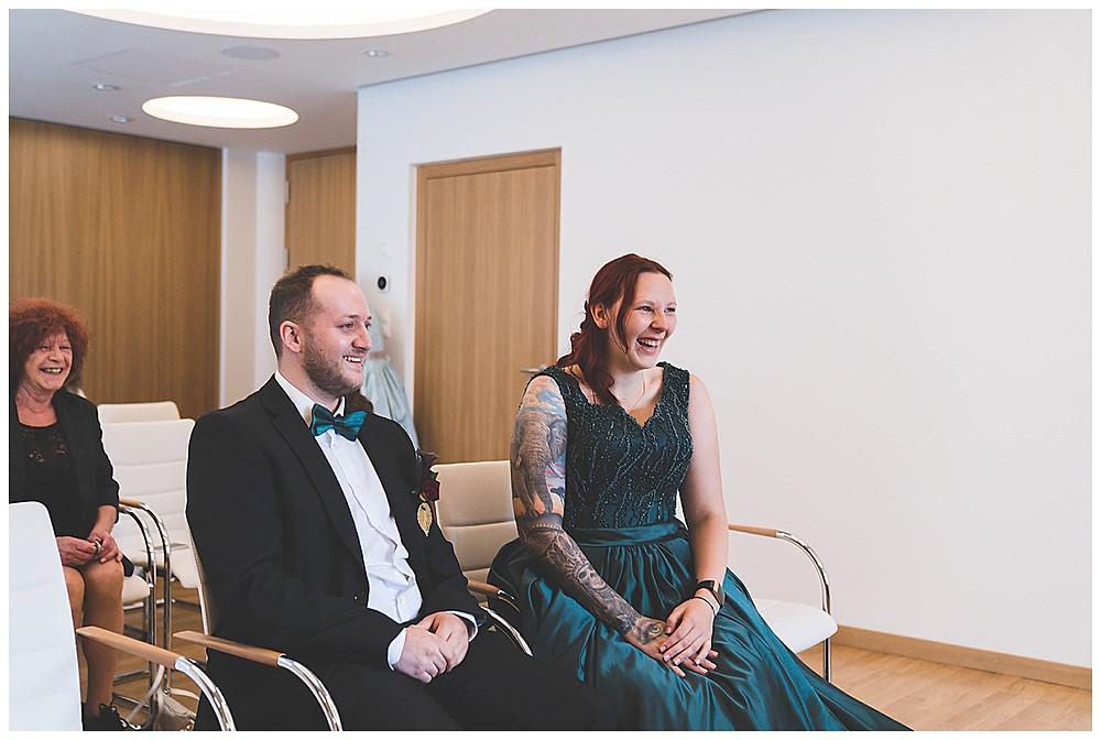 Brautpaar lacht bei standesamtlicher Trauung