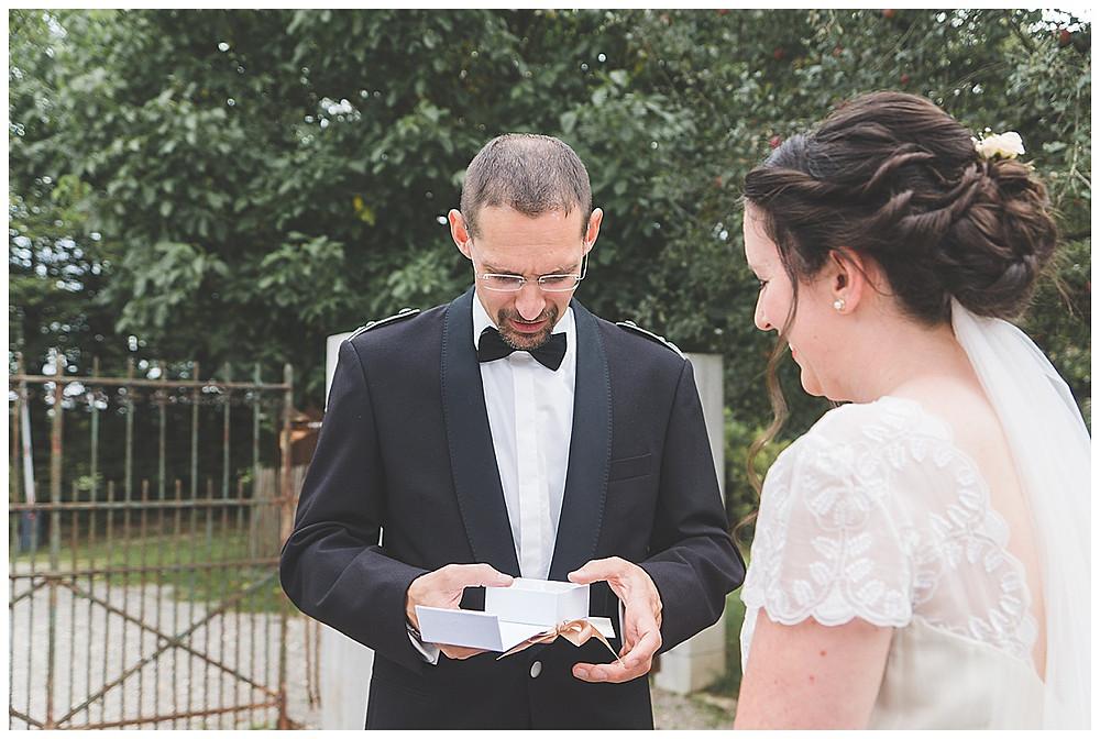 Bräutigam bekommt von Braut ein Geschenk