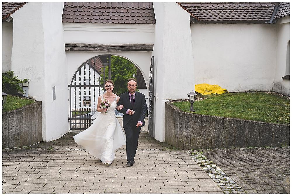 Braut und Papa kommen zur Kirch gelaufen