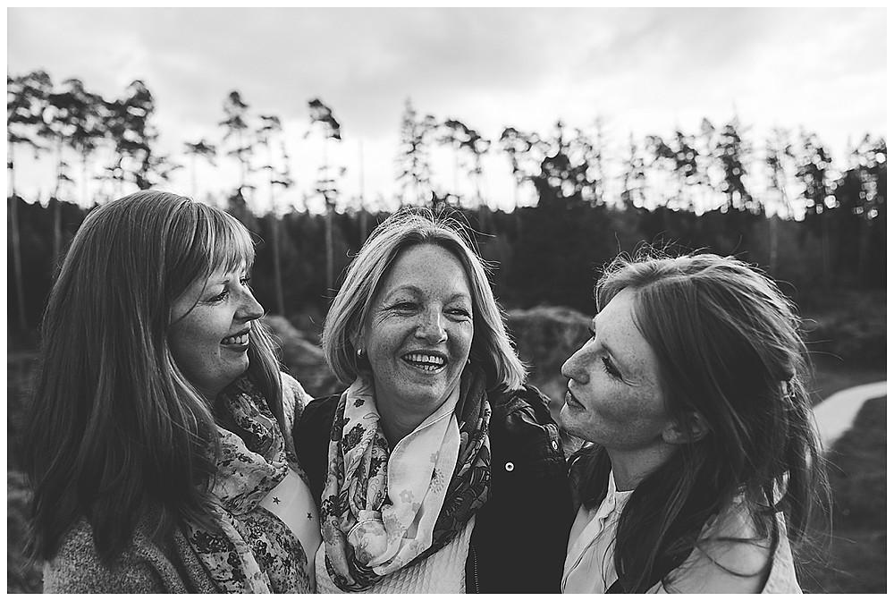 Mama und ihre Töchter lachen und kuscheln