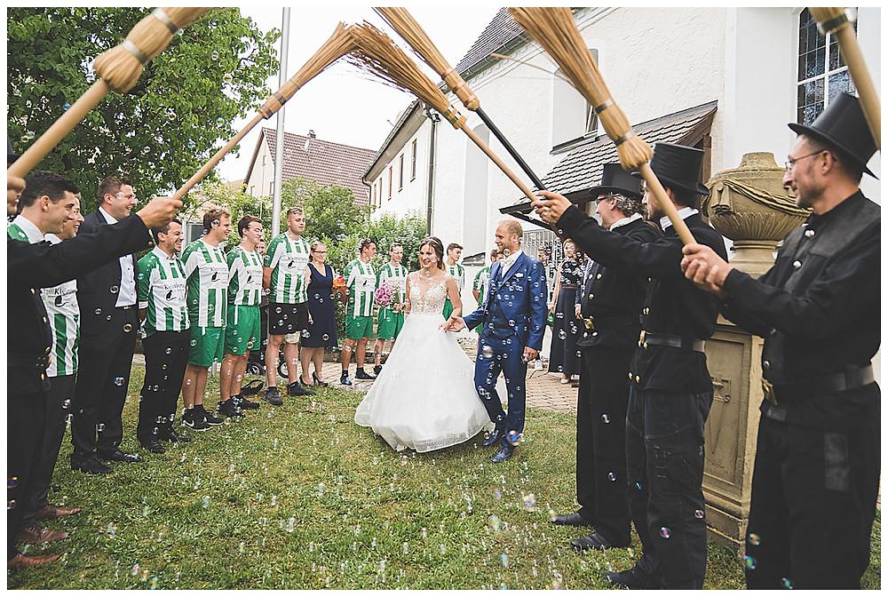 Kirche Scharenstetten Hochzeit  Brautpaar Spalier