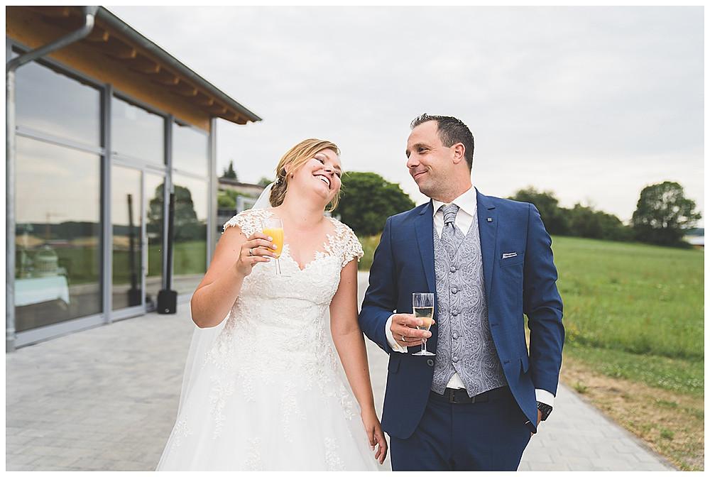 Brautpaar trinkt Sekt