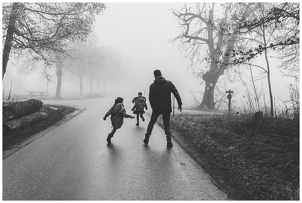 Kinder spielen mit Papa fangen