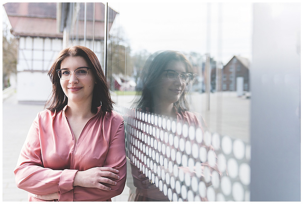 Frau an Glaswand