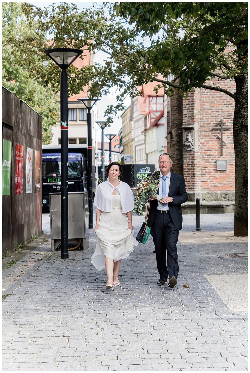 Braut und Brautvater laufen