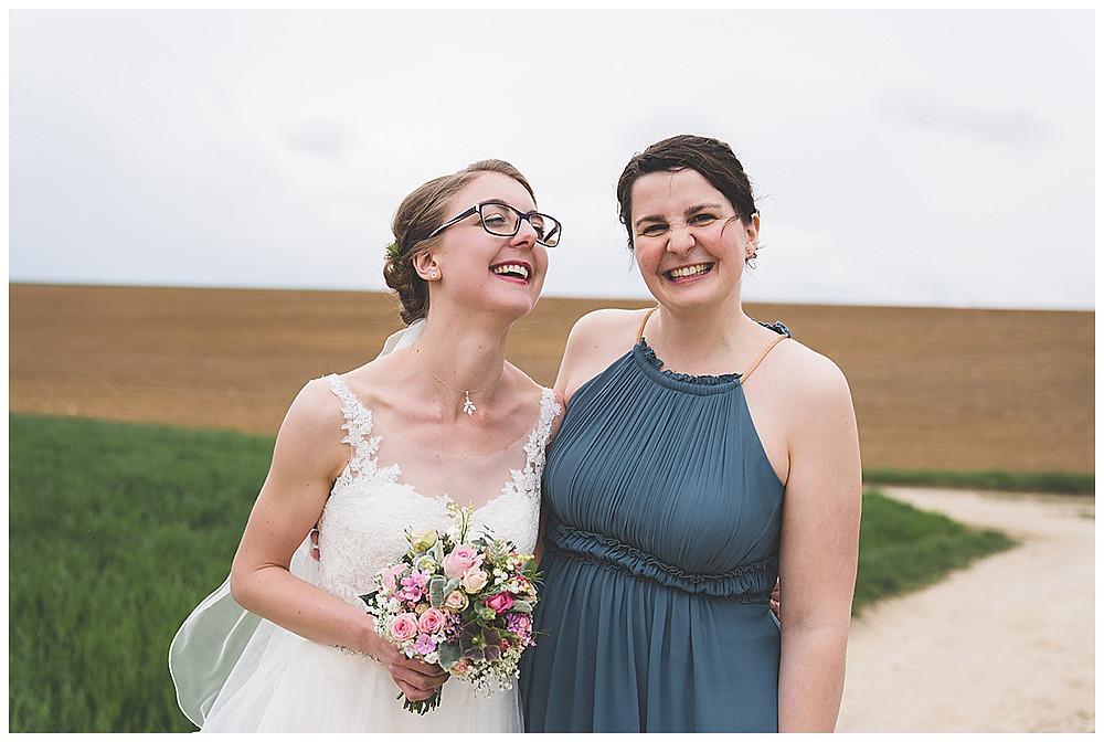 Braut und Trauzeugin lachen
