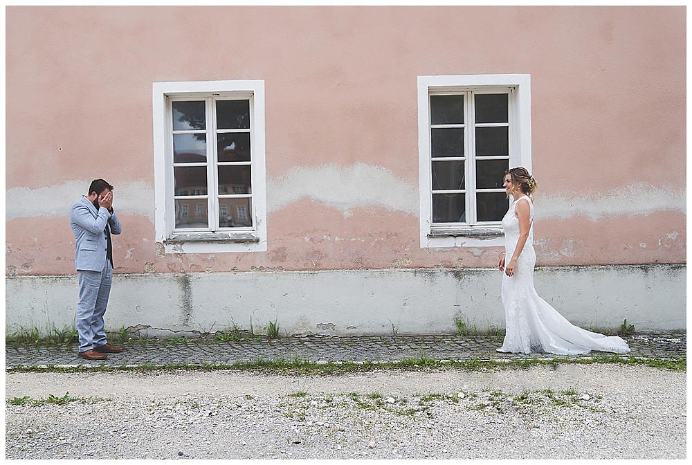 Bräutigam hält sich Augen zu