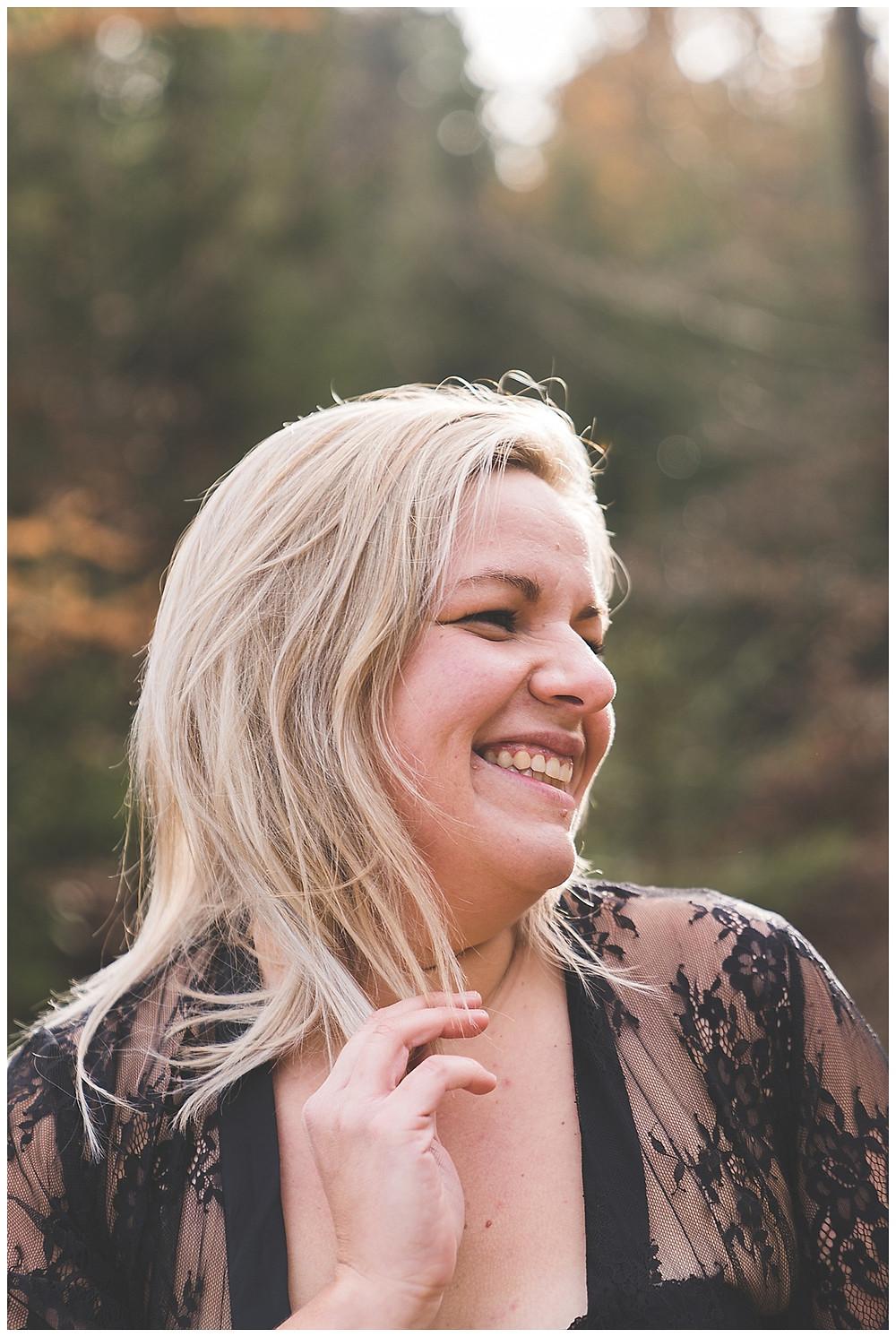 sinnliche Frau im Wald Fotoshooting