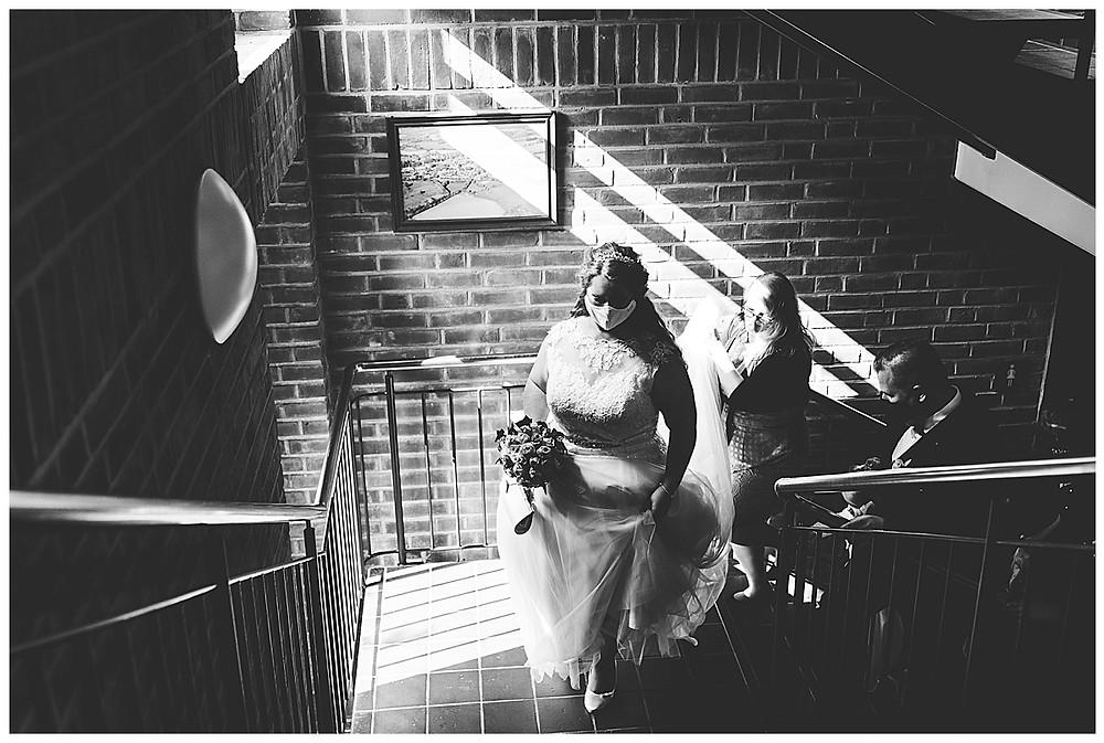Braut mit Maske auf dem Weg ins Standesamt Ammersbek