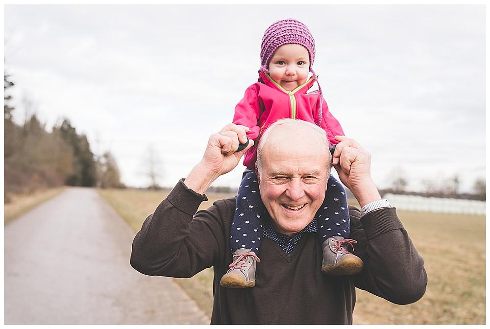 Opa nimmt Enkeltochter auf die schultern