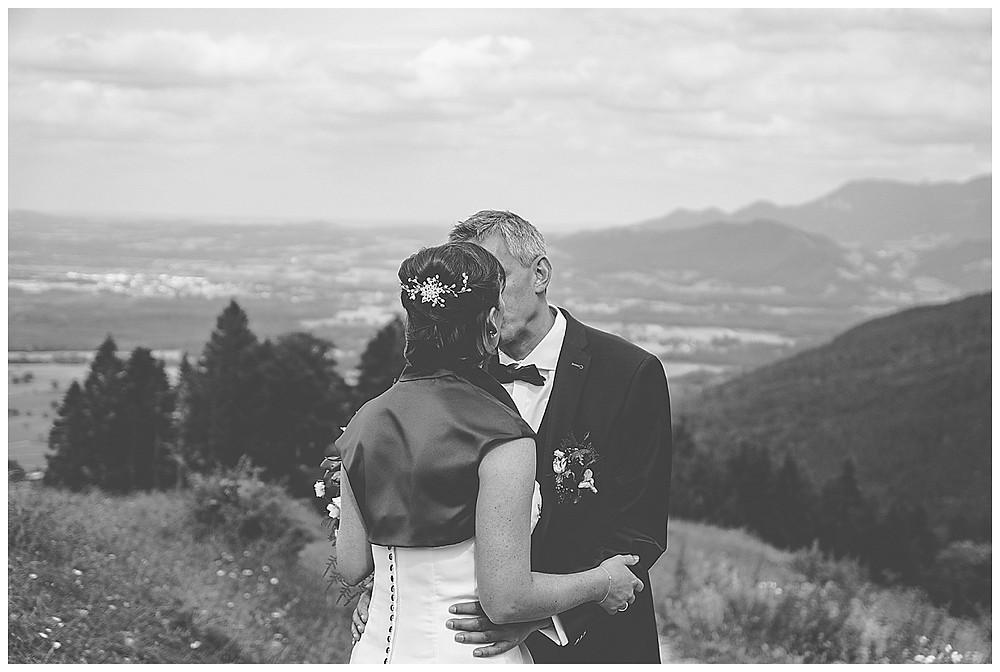 Brautpaarshooting Berghochzeit Tregler Alm küssend