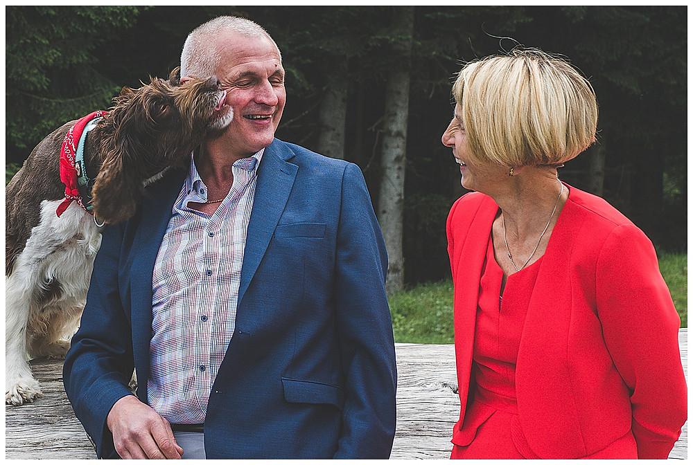 Hochzeitsgast mit Hund