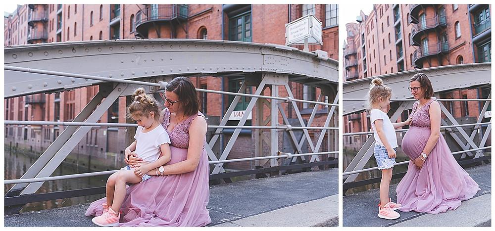 Schwangere mit Kind kniend und kuscheln Babybauchshoot Hamburg
