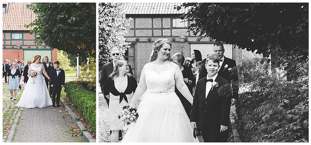 Braut und Gesellschaft auf dem Weg zum Standesamt Ammersbek