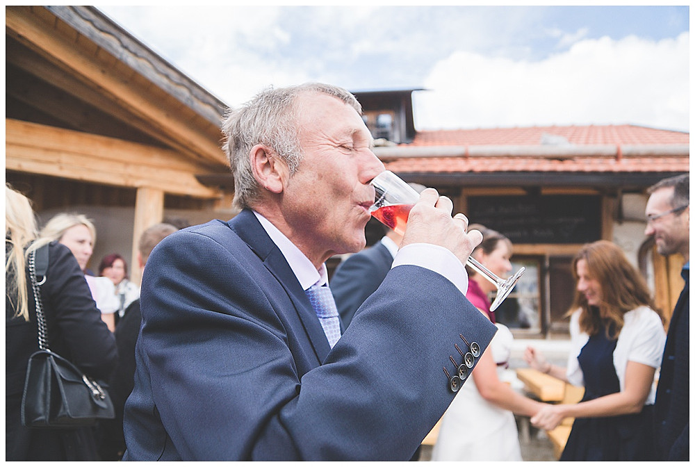 Brautpapa trinkt Sekt auf Alm