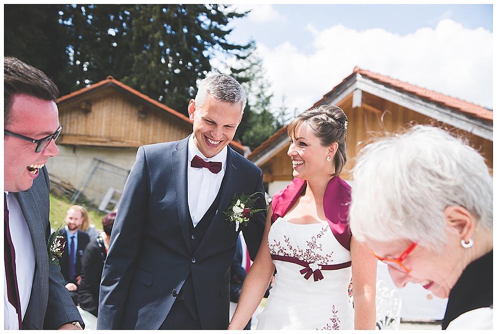 lachendes Brautpaar