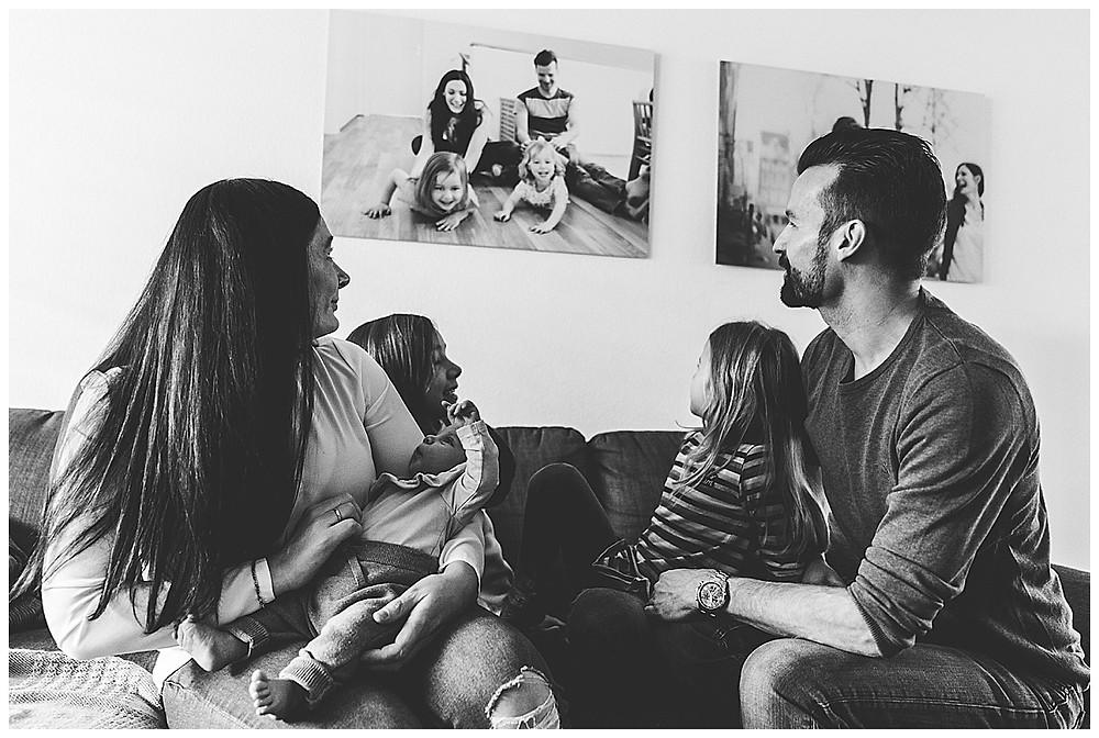Familie sitzt auf Couch