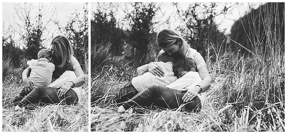 Mama und ihre Söhne beim Fotoshooting im Eselsburger Tal kuscheln