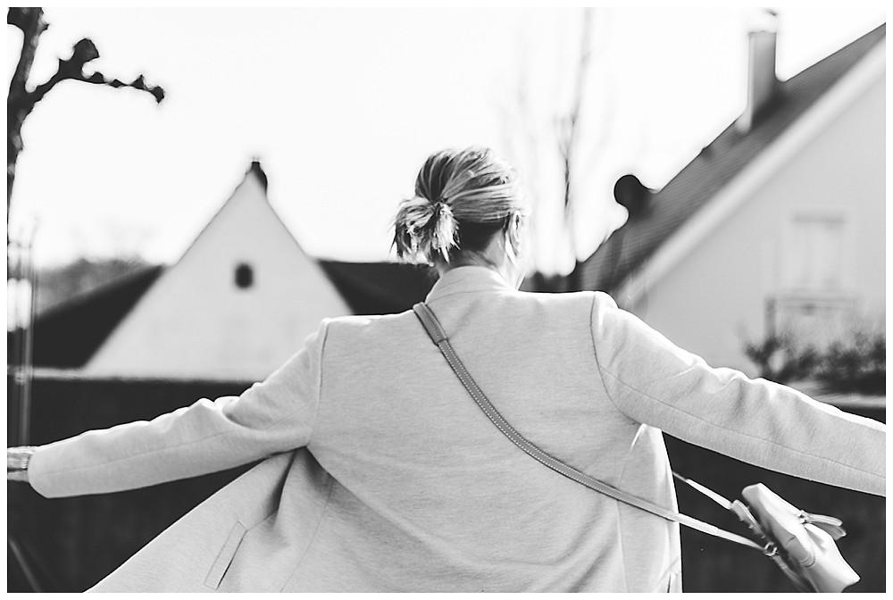Frau dreht sich in Dillingen