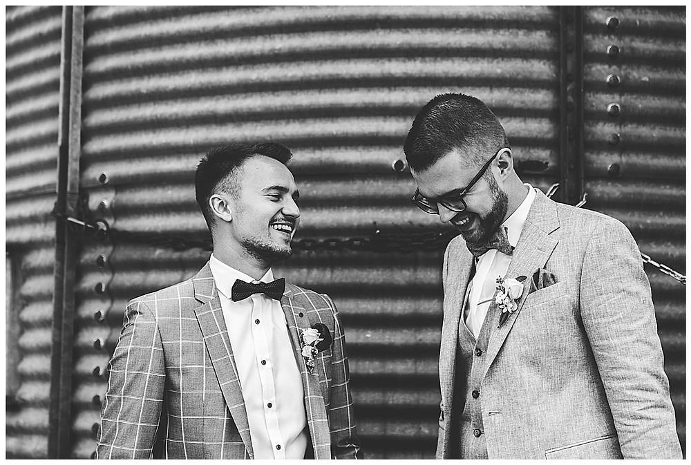 Bräutigam und Trauzeuge lachen