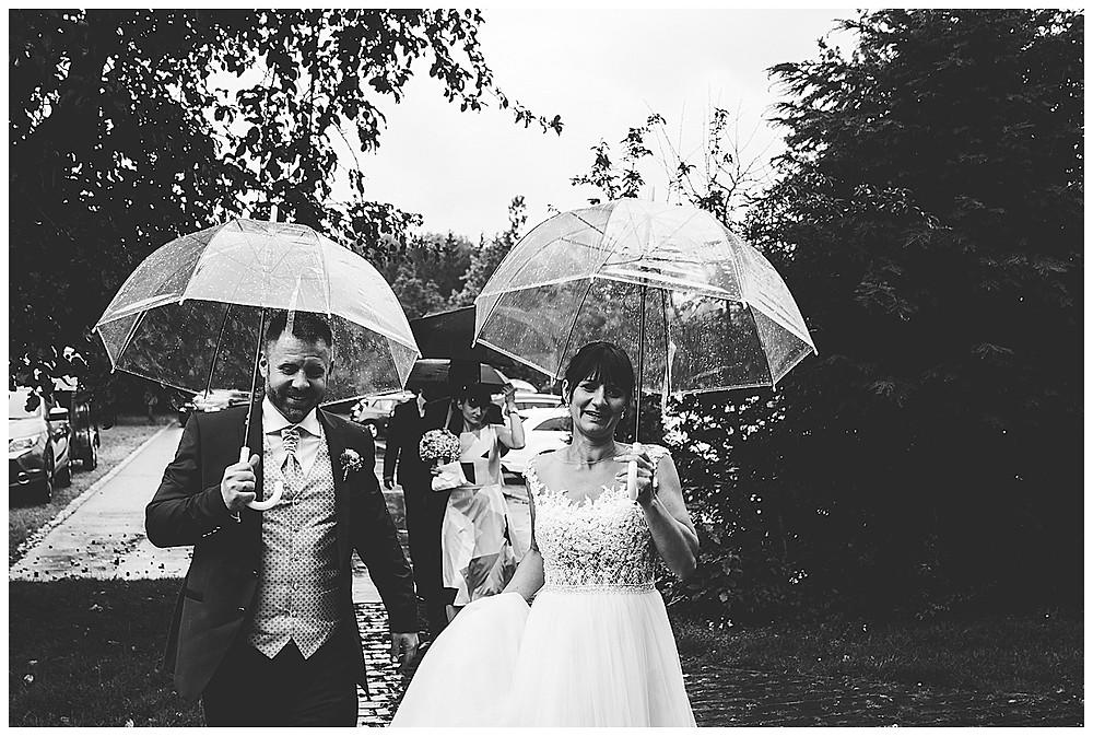 Brautpaar kommt an Neuhof am See