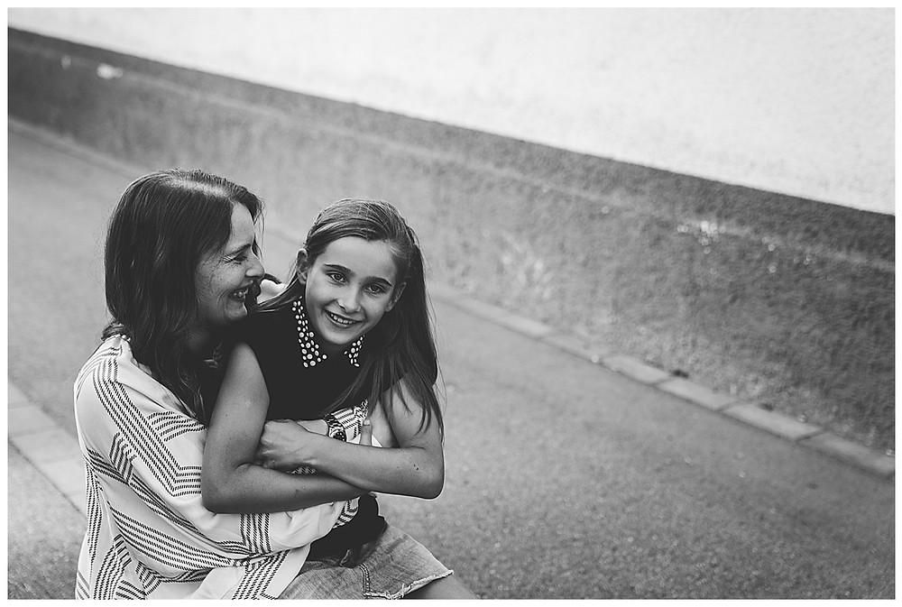 Mama und Tochter kuscheln während dem Fotoshooting