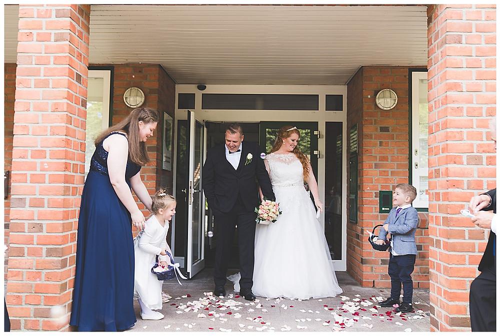 Rathaus Ammersbek Standesamtliche Trauung Blumenwerfen auf Brautpaar