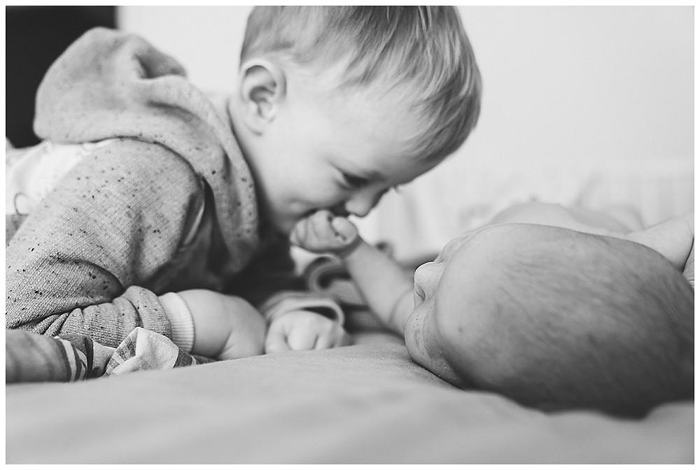 Bruder küsst Baby