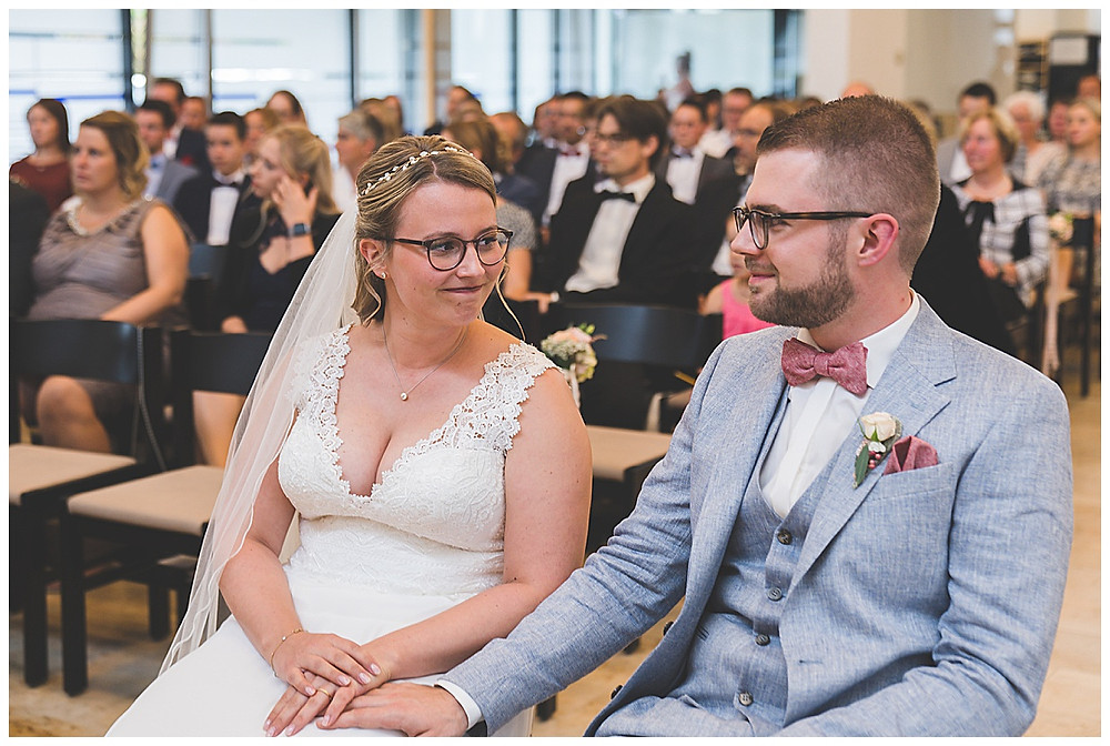 Brautpaar schaut sich an Hochzeit in Stuttgart